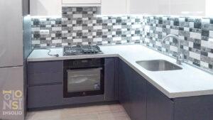 Кухня с искусственным камнем синие фасады